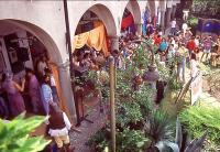 folla alla mostra