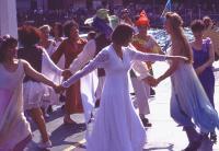 le danze aprono festeggiamenti e concerti del festival
