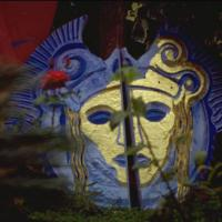 una maschera in giardino