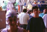 Monica guida il pubblico alla mostra