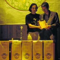 G. Franco De Turris riceve la copia di Re Arcobaleno da Andrea Ortu